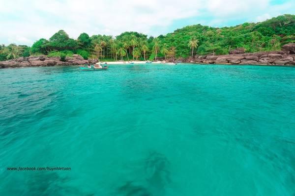 Nước biển trong xanh như ngọc. Ảnh: Huỳnh Lê Tuấn
